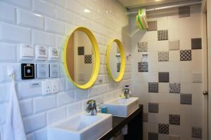 A bathroom at Moment Hostel