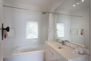 A bathroom at Sorrento Beach House - Perfect spot and NEW pool