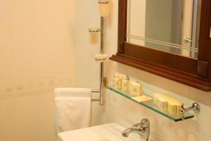 A bathroom at Stone Bridge Hotel
