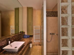 A bathroom at Riad Oasis 3