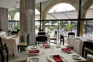 A restaurant or other place to eat at TRH Ciudad de Baeza