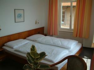 Ein Bett oder Betten in einem Zimmer der Unterkunft Hotel Strandcafé Dischinger