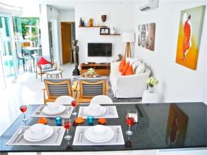 A restaurant or other place to eat at Skylight New 2 bedrooms Villa