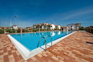 Bazén v ubytování Residence Maestrale nebo v jeho okolí