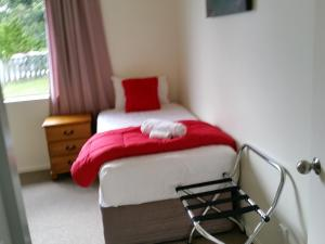 A bed or beds in a room at Kea Cottage