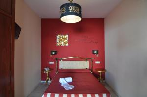 A bed or beds in a room at Hostal la Fuente