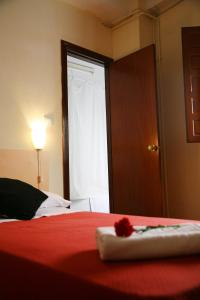 A bed or beds in a room at Duquesa Bed & Breakfast