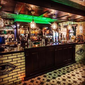 El salón o zona de bar de Mercure Nottingham City Centre Hotel