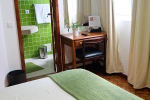 Uma casa de banho em Hotel Alcides