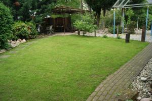 Ein Garten an der Unterkunft Ferienwohnungen Pies