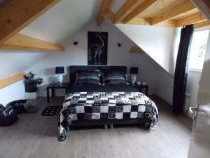 Een bed of bedden in een kamer bij B & B Noetsele