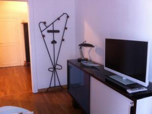 A television and/or entertainment centre at Appartement Jeanne d'Arc