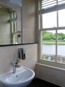 A bathroom at Wagon & Horses