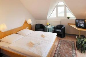 Ein Bett oder Betten in einem Zimmer der Unterkunft Burg-Hotel