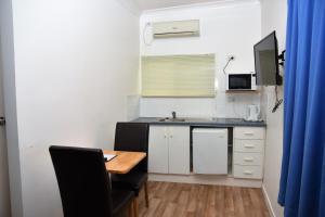 A kitchen or kitchenette at Chinchilla Motel