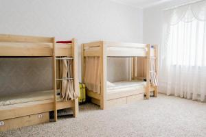 Двухъярусная кровать или двухъярусные кровати в номере «в Лайк хостел»