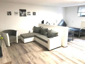 Ein Sitzbereich in der Unterkunft Ferienwohnung Lo/Go