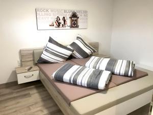 Ein Bett oder Betten in einem Zimmer der Unterkunft Ferienwohnung Lo/Go