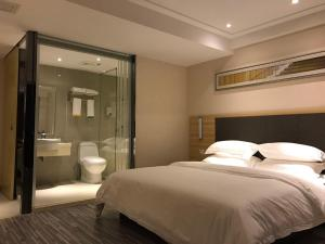 A bed or beds in a room at City Comfort Inn Plaza Hotel