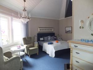A bed or beds in a room at Mellanfjärdens Pensionat
