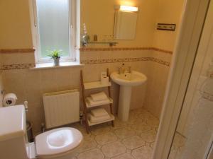 A bathroom at Dungimmon House