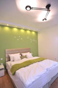 A bed or beds in a room at Hillside Premium Apartments