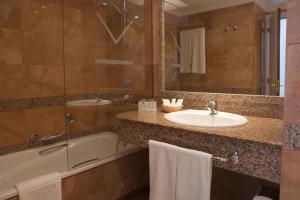 Een badkamer bij VIK Hotel San Antonio
