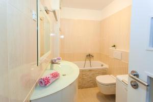 A bathroom at Apartment Katarina
