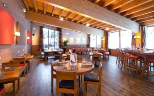 A restaurant or other place to eat at Mercure Chamonix Les Bossons