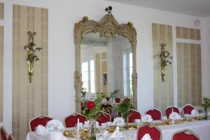 Ein Restaurant oder anderes Speiselokal in der Unterkunft Fürstenhof Landgasthaus & Hotel