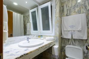 Ένα μπάνιο στο Golden Sand Hotel