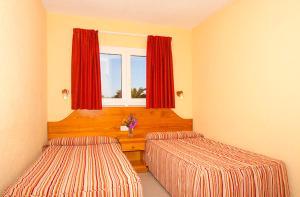 Een bed of bedden in een kamer bij Bungalows Playa Limones