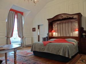 A bed or beds in a room at Le Château D'Etoges - Les Collectionneurs