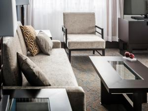 A seating area at Ottawa Embassy Hotel & Suites