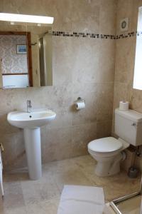 A bathroom at Heatherbank Guest House
