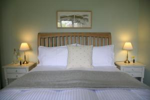 A bed or beds in a room at Meadowbank House Bed and Breakfast