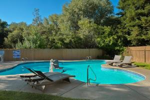 The swimming pool at or near Lake Natoma Inn