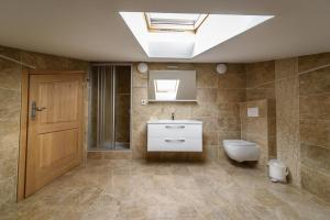 A bathroom at Apartments Vacanza