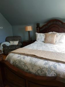 A bed or beds in a room at Quartermain House Bed & Breakfast