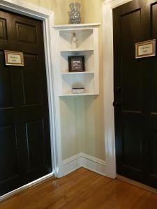 A television and/or entertainment centre at Quartermain House Bed & Breakfast