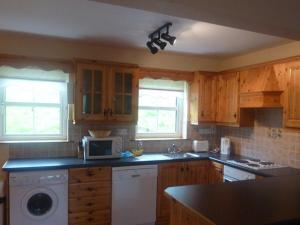 A kitchen or kitchenette at Dalewood Holiday Homes