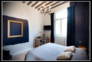 Un ou plusieurs lits dans un hébergement de l'établissement Hotel Le Prieuré et La Résidence