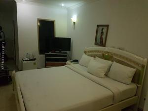 A bed or beds in a room at Leon Hotel Brazzaville
