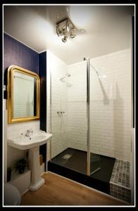 Salle de bains dans l'établissement Hotel Le Prieuré et La Résidence