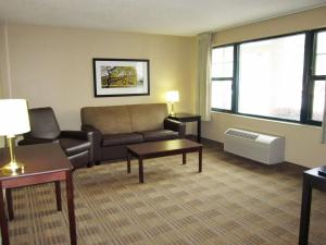A seating area at Extended Stay America - Princeton - West Windsor