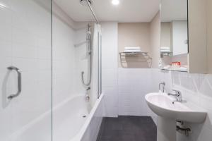 A bathroom at Hotel Grand Chancellor - Auckland City