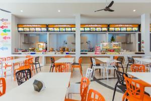 Ein Restaurant oder anderes Speiselokal in der Unterkunft 777 Food & Bed