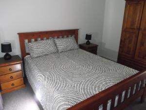 A bed or beds in a room at Robinsons Cabin