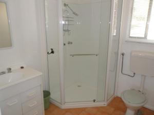 A bathroom at Robinsons Cabin