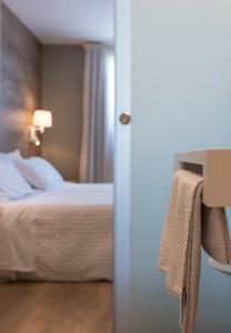 A bed or beds in a room at Hotel L'Algadir del Delta